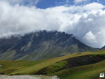 Corazón de Picos de Europa;lagunas neila puerto navafria foces del rio pendon ruta gr 10 fuente del